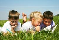 Kinder lernen draußen