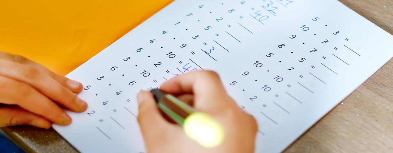 Kind-loest-Einmaleins-Rechenaufgabe-in-der-Grundschule