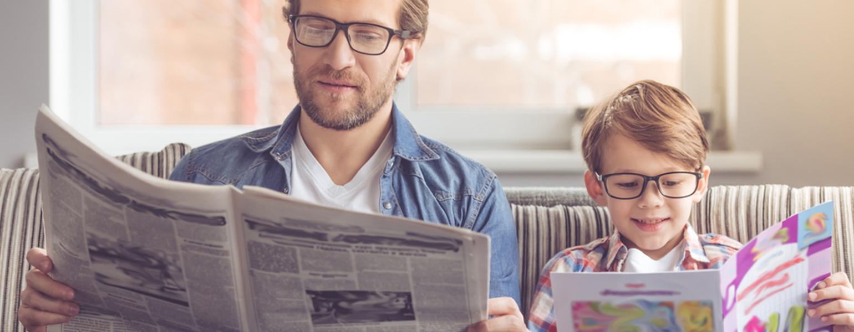 Papa-liest-mit-Sohn-zusammen-auf-der-Couch_Tipps-für-kleine-Lesemuffel
