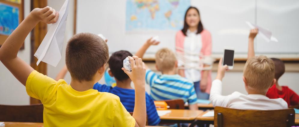 Vor aus lehrerin klasse zieht sich Lehrerin zieht