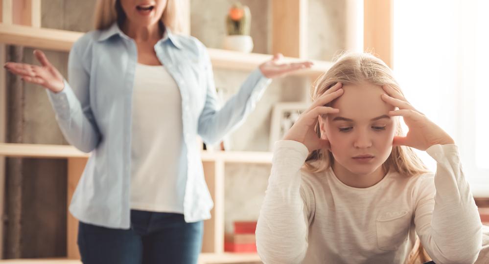 Eltern-und-Teenie-Tochter-streiten-ueber-Regeln-Grenzen-Tochter-frustriert