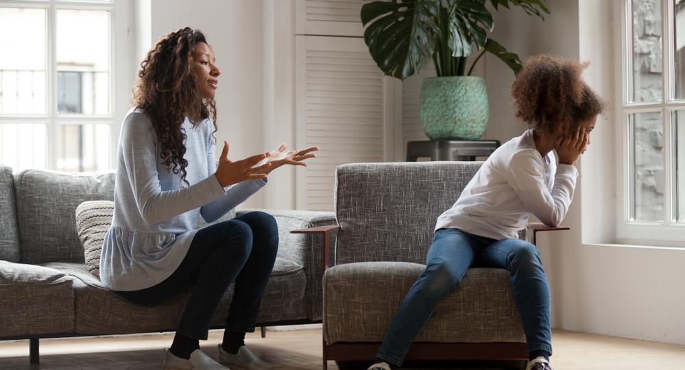 Mutter-drangt-sich-auf-weil-sie-wissen-mochte-was-mit-der-Teenager-Tochter-los-ist