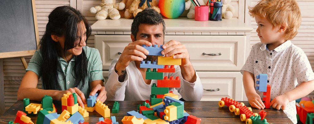 familie_spielt_gemeinsam