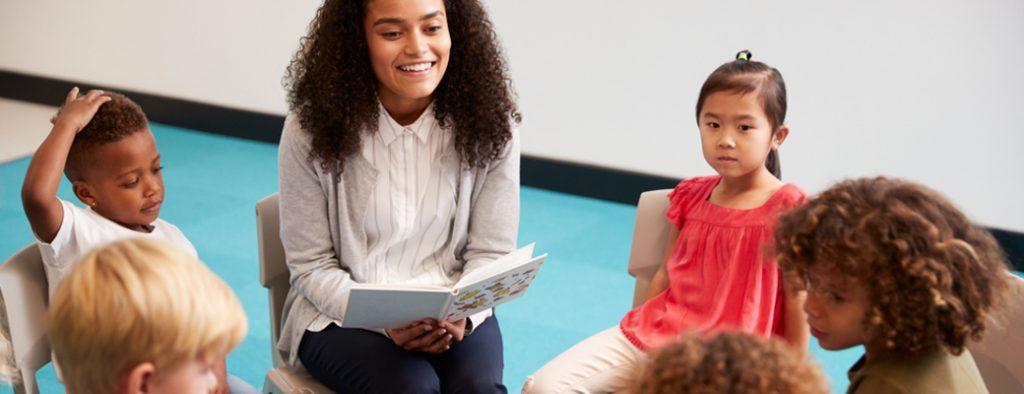 Kinder und Lehrere im Gesprächskreis
