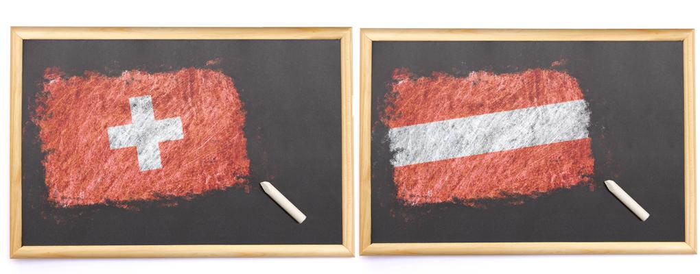 Österreichische und Schweizer Flagge mit Tafel