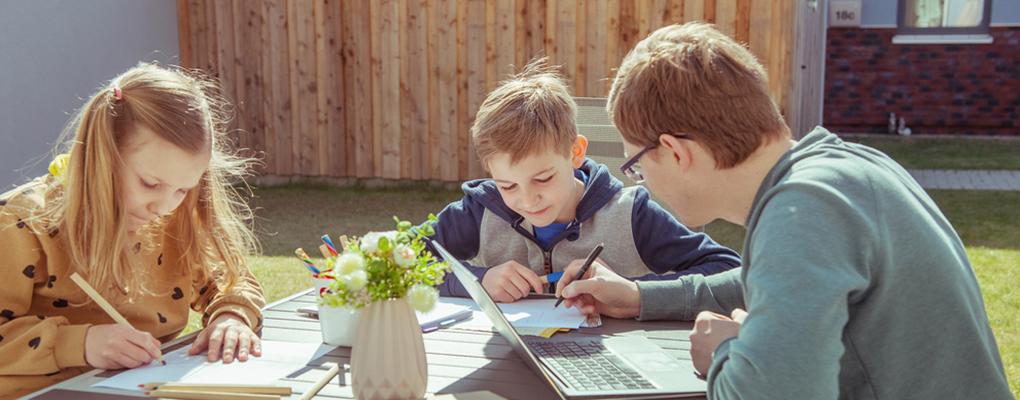 Kinder lernen mit Vater draußen