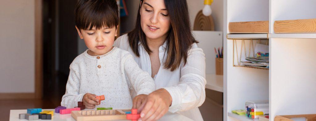 Mutter lernt mit ihrem Sohn