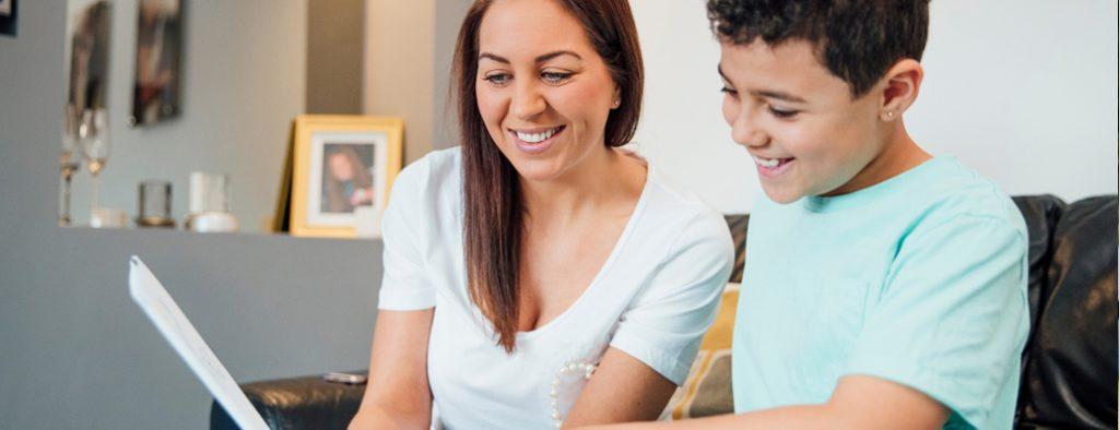 Mutter und Sohn sehen gemeinsam ein Schriftstück an