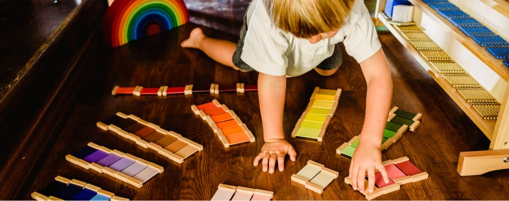 junge montessori-schule spiele farbplatten