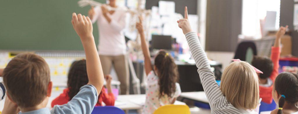 Kinder strecken im Unterricht