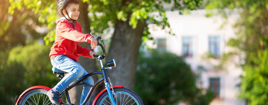 Junge fährt Rad