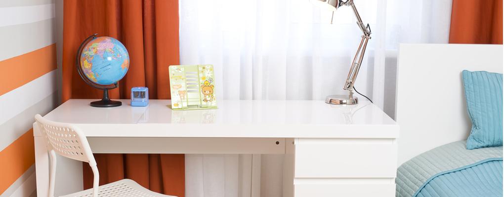 Ein Schreibtisch in einem Kinderzimmer