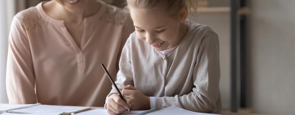 Kind lernt am Schreibtisch