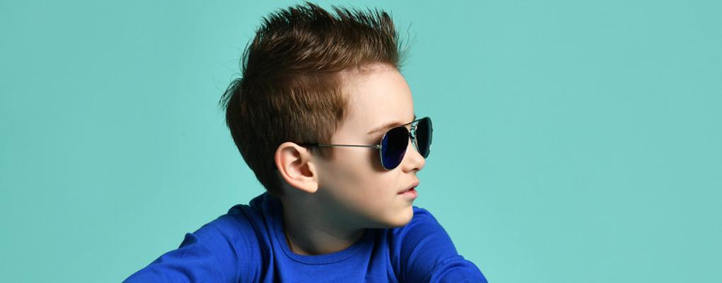 Ein cooler Junge mit Sonnenbrille