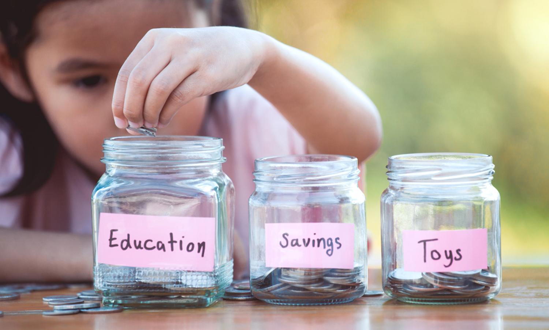 Maedchen spart Geld für ihre Ausbildung