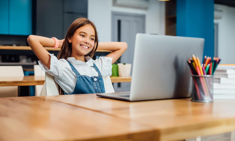 Maedchen lernt an Laptop