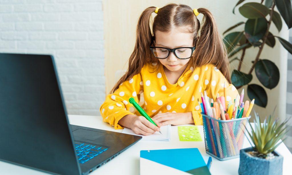 Mädchen lernt am Laptop