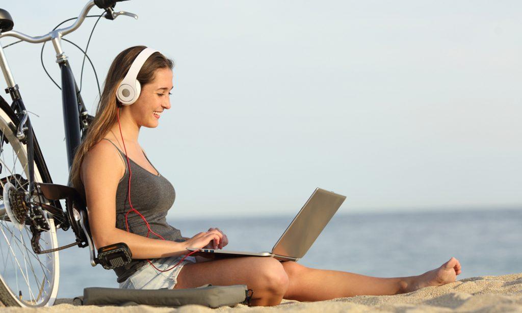 Teenager lernt am Strand