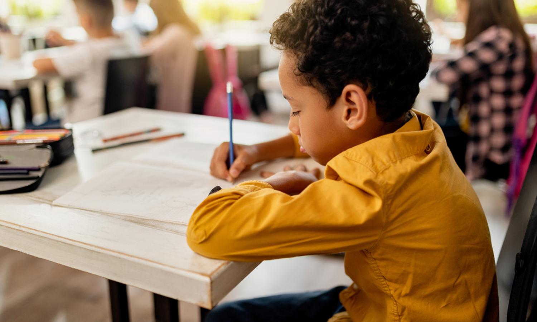 Junge schreibt Diktat