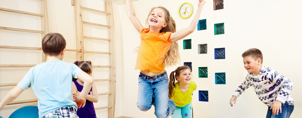 Hüpfende Kinder in einem Raum