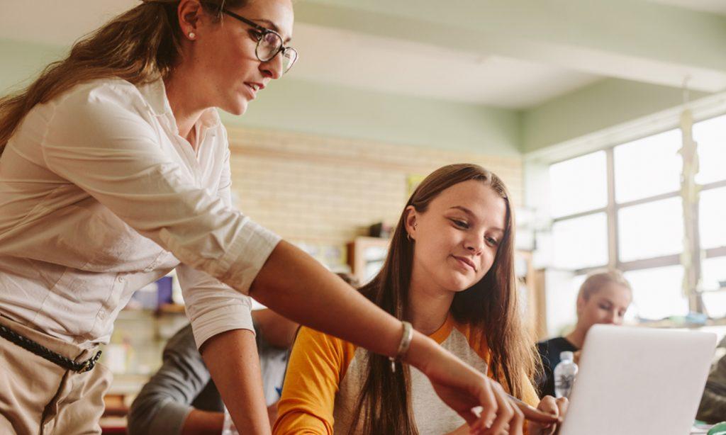 sofatutor Erfahrungen: Lehrerin zeigt Schülerin etwas am Laptop