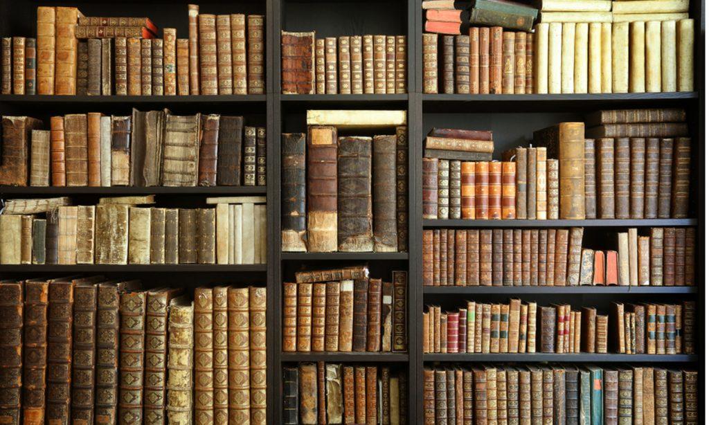 Bücherregal voller älterer Bücher