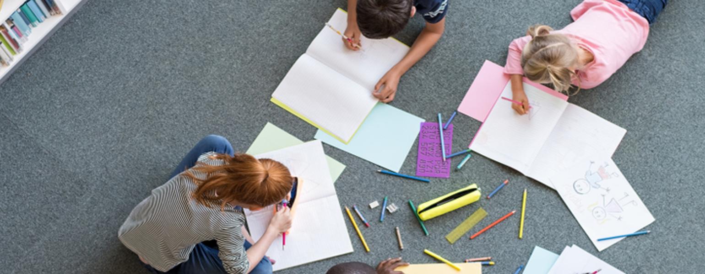 Grundschulkinder-arbeiten-zusammen_-Was-ist-beim-Schulwechsel-an-der-Grundschule-zu-beachten