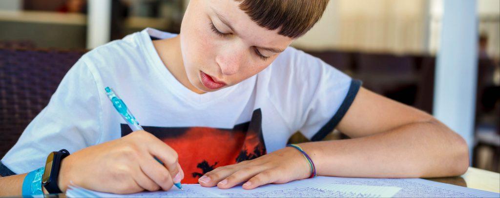 junge-schreibt-aufsatz