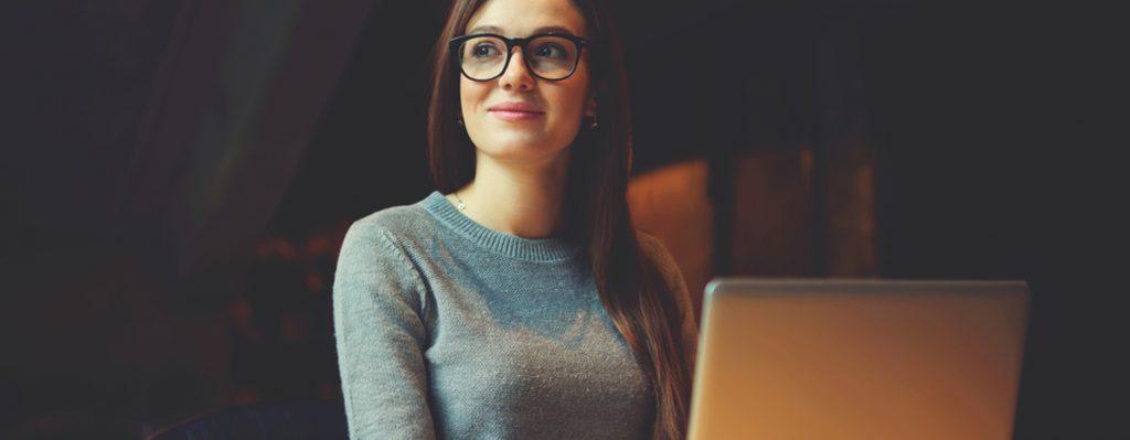 Frau sitzt am Laptop und uberlegt sich Lernstrategien