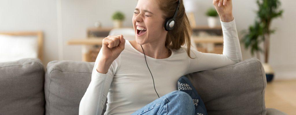 Madchen kompiert eigenen Song als Lernstrategie