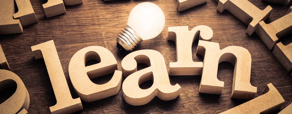 Glühbirne zwischen Buchstaben