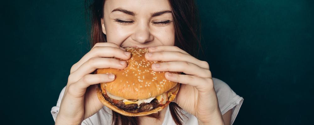 Mädchen isst Burger