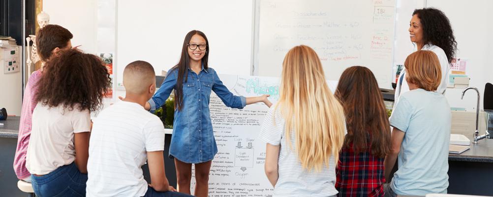 Schülerin hält ein Referat