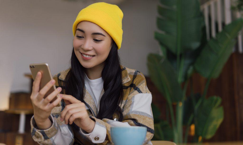 Maedchen lernt mit Smartphone in der Hand